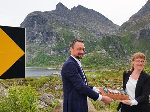 Feiring: Torsdag var en gledens dag for Dønnaordfører John Erik S. Johansen. Her sammen med fylkesråd for næring, Ingelin Noresjø.