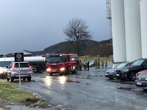 NØDETATER: Alle tre nødetatene rykket ut til meieriet torsdag formiddag etter at det kom melding om gasslekkasje.