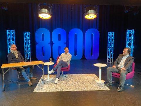 TALKSHOW: Bård Anders Langø, Arne Johansen og Stig Tore Skogsholm er klare med et splitter nytt og lokalt talkshow. Her fra studio i storsalen i Kulturbadet.
