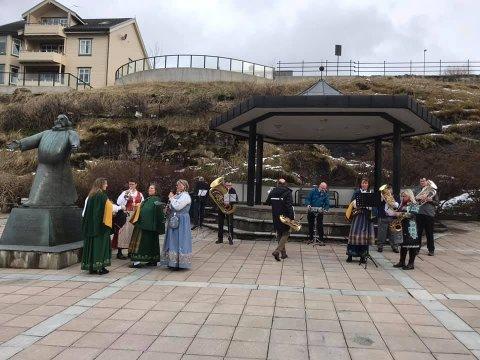 Her ser du hornmusikken rett etter innspilling av filmen som skal vises på direktesendingen fra Kulturbadet på nasjonaldagen (Bildet er hentet fra Sandnessjøen Hornmusikks facebookside med tillatelse).