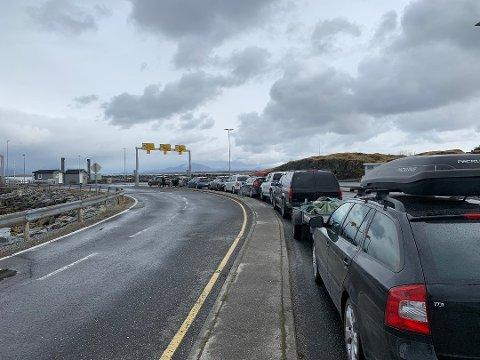 20 biler ble stående igjen da ferja mellom Igerøy og Tjøtta la fra kai med bare halv kapasitet.