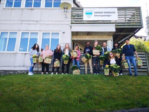 BLOMSTER: Elevene fikk ikke komme inn på Åsheim terrasse, men dro dit og overleverte blomstene. Det ble tatt godt i mot.