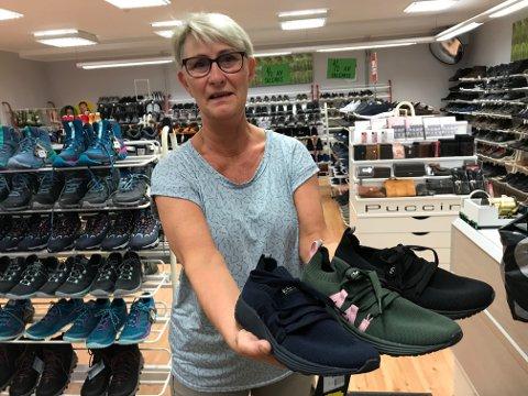 Wenche Anderssen hos skobutikken Adolf Andersen i Sandnessjøen selger sko som er laget av gjenvunnet plastavfall.