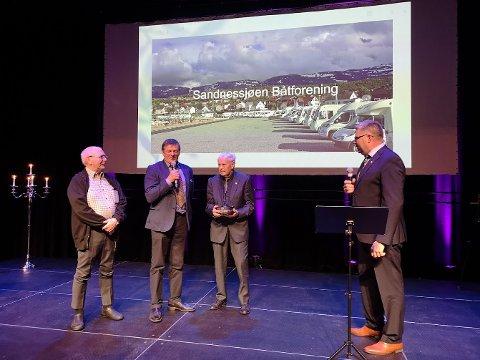 FRIVILLIGE: Sandnessjøen båtforening, her representert ved leder Arnt Aleksandersen (i midten) og kompanjonger fikk årets frivillighetspris utdelt av Kyrre Sørensen i AkerBP.