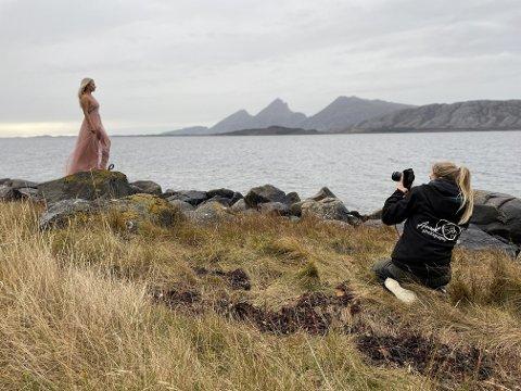 FOTOSESJON: Grått vær til tross - Marie Rosø stilte gjerne opp i rosa kjole for en god sak.