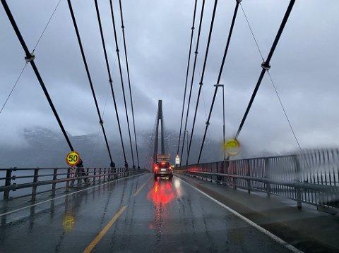ARBEID: I et par uker framover vil det være nedsatt hastighet og lysregulering på Helgelandsbrua.