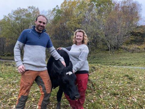UNGE BØNDER: Cathrine Grønbech og Per-Håkon Dalen fra Alstahaug kan bli «Årets unge bonde». Nominasjonen kom som en overraskelse på det engasjerte bondeparet, som ser på yrket som mye mer enn en jobb.