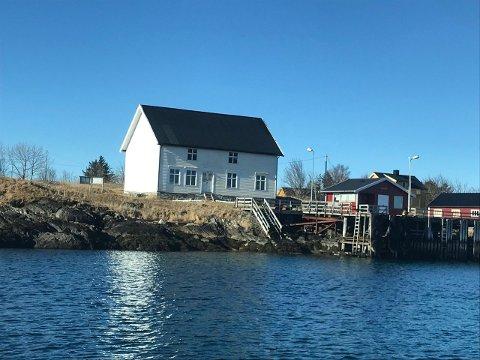 SOLGT: Den gamle butikken i Alstahaug kommune ble solgt 100.000 kroner over takst.