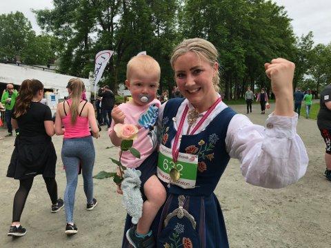 LØP I BUNAD: Tobarnsmor Therese Johansen Grolid løp i Nordlandsbunad under Alstahaug maraton for halvannet år siden.
