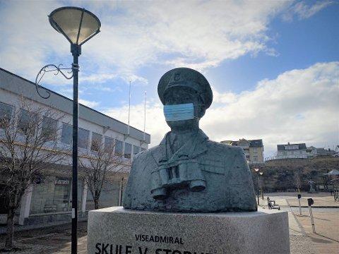 Statsforvalteren i Nordland ber folk innstendig om å følge koronarestriksjonene i påsken. I Sandnessjøen har admiral Skule Storheil (1907-1992) også fått korrekt bekledning.