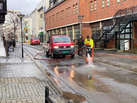 VÅRVASK: Serviceavdelingen i kommunen spylte sentrumsgatene onsdag ettermiddag.
