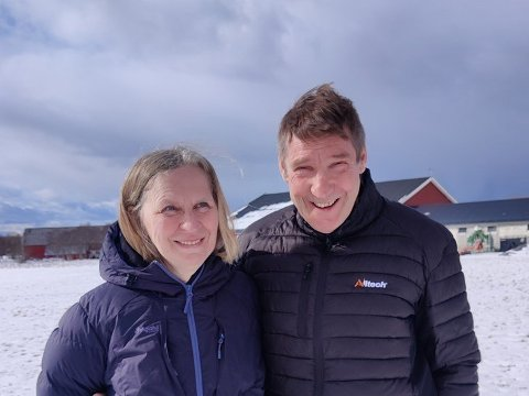 NÆRING: Lotte Almås og Øyvind Knapstad driver Voll gård på Søvik i Alstahaug.