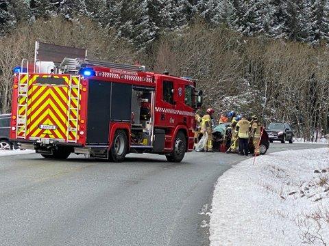 BRANNMANNSKAP: Ytre Helgeland brann og redning bisto på trafikkulykken ved Stokkaskaret torsdag. Det var store materielle skader på bilene som var involvert.