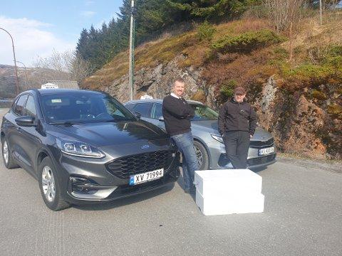 FRAKTET REKER: Rolf Stian Nordbjørn og Sølve Eliassen leverte reker på Bjørn til dønnværingene som hadde bestilt. Til sammen hadde de med seg 49 liter til Dønna fredag.