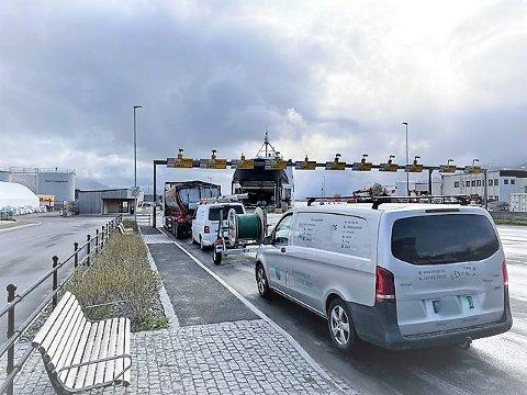 En hel rekke med biler kom seg ikke med 8-ferga som skulle fra Sandnessjøen til Dønna torsdag morgen. Passasjerene er ikke videre fornøyd med at Boreal har har satt inn ei mindre ferge nå som Møysalen er ute av drift til i midten av juni.