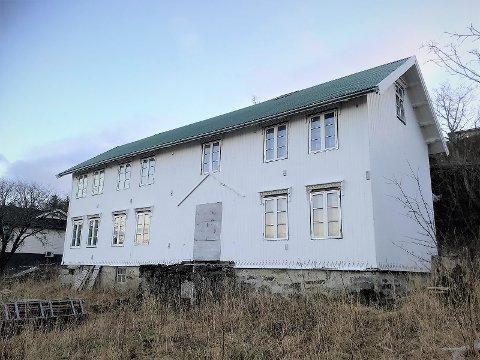 """Den gamle gården som i Sandnessjøen går ved navnet """"Kina"""" ligger nå ute for salg via Advokatfirmaet Kvasstind. Bygget skal være reist i 1895, er en av byens eldste hus og har et bruksareal på 320 kvadratmeter."""