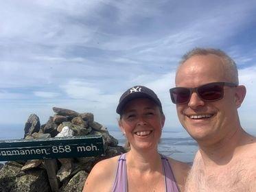 TOPPTUR: Celine Wilberg Refsnes og ektemannen møtte på problemer på vei opp Dønnamannen.