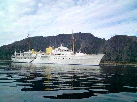 """PÅ BESØK: Kongeskipet """"Norge"""" var innom Alstahaug og Tjøtta på mandag, men tirsdag er skipet på vei sørover."""
