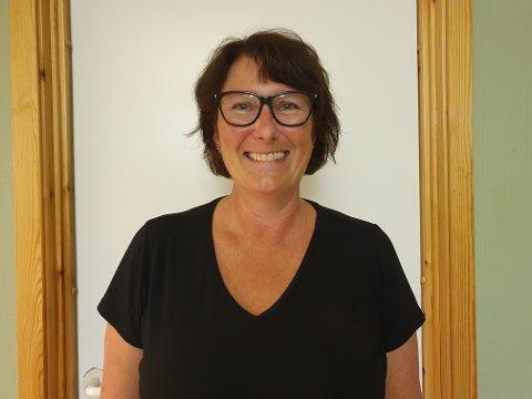 Kjersti Olsen er ny rektor på Sandnes barneskole i Alstahaug, og hun gleder seg til 175 elever kommer løpende inn dørene for å gjennomføre enda et skoleår.