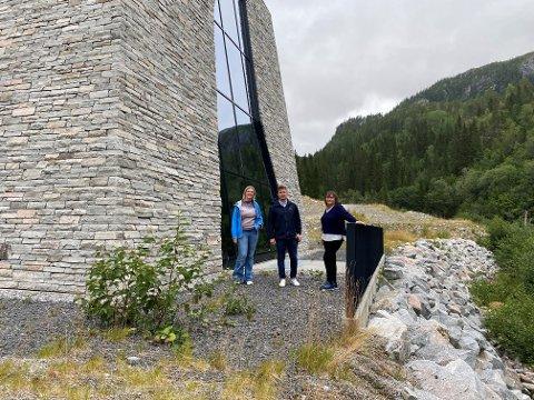 BESØK: Sylvi Listhaug sier hun ønsker å jobbe for harmoniserte vilkår for kraftbransjen. Her sammen med Torkil Nersund og Hanne Dyveke Søttar utenfor Bjørnstokk kraftverk.