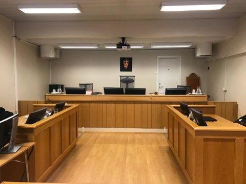 En mann fra Helgeland må i oktober møte i tingretten tiltalt for vold og trusler mot sin kjæreste, og for besittelse av narkotika og en teleskopbatong.