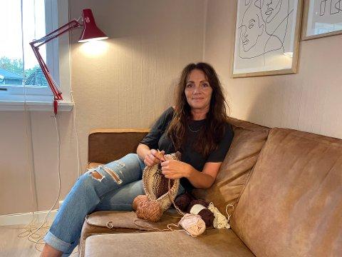 I GODSOFAEN: Cecilie Karoliussen trives best med strikkepinnene i hendene. Her er hun i sofaen hjemme i stua.