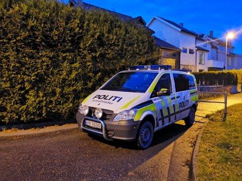 UNDERSØKTE: Politiet var søndag ettermiddag i Skudebergvegen på Kvernaland, der eitt av innbrota skjedde.