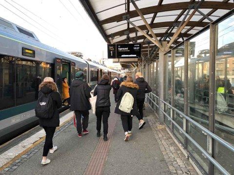 FORSINKET: Slik så det ut på Bryne stasjon klokka 15.36 torsdag ettermiddag. Sørgåande tog som skulle gått ni minutter tidligere, stod fortsatt ved perrongen, og passasjerene fikk beskjed om at Vy jobbet med å avklare situasjonen.