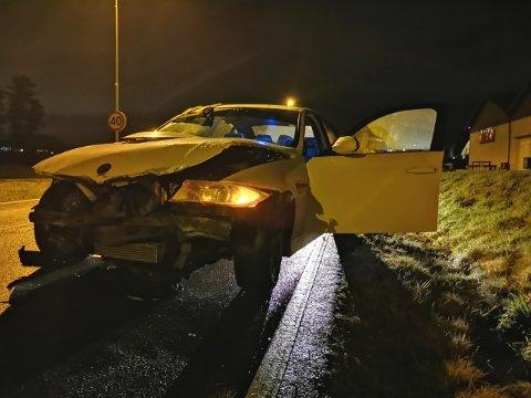 ULYKKE: En bil kjørte inn i en steingård fredag kveld.