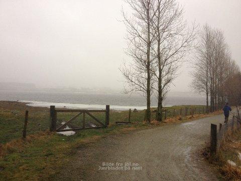 BAR GRUS: Ingen fare for å ramle på grusstien langs Frøylandsvatnet.