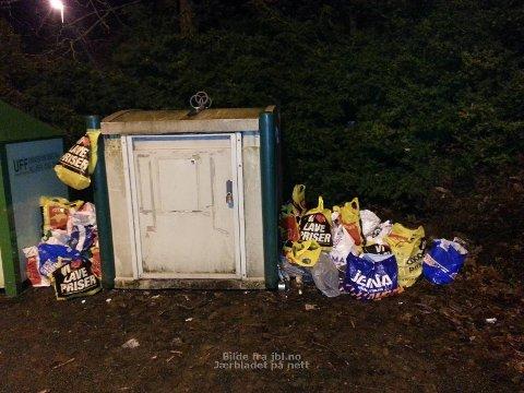 FULL: Containeren på Kverneland var så full at det fløt av glass og annet søppel på bakken. (Foto: Irene Margrethe Soltvedt)