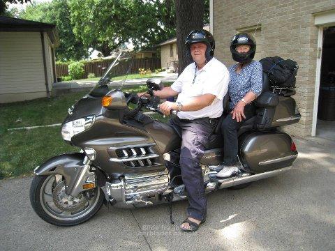 KLAR FOR  TUR: På ein Honda Goldwing 1800 kubikk køyrde Solveig Skadsem(79) og sonen Reimund Skadsem  8000 kilometer i USA. (Foto: Privat)