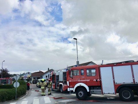 BRANN: Det var stor utrykking til einebustaden på Varhaug, som byrja å brenna like før klokka 12.00 tysdag.