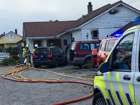 BUSTADBRANN: Frå brannen i Skreddarvegen på Varhaug som blei meldt like før klokka 12.00 tysdag.
