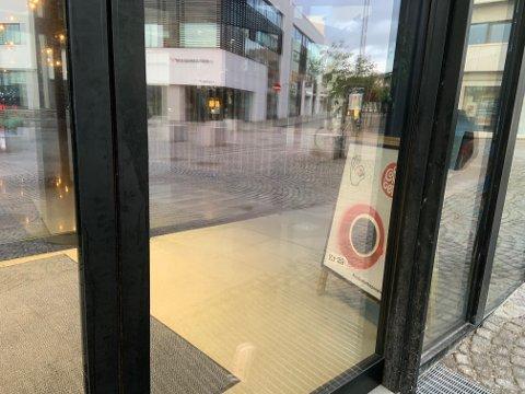STENGT DØR: Mandag morgen var døra inn til Coffeeberry på Bryne stengt. Det var ingen informasjon om at kaféen nå legger ned.