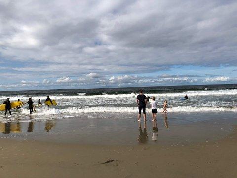 FINVÆR: Mange tok turen til Bore strand i det sommerlige været på søndag.
