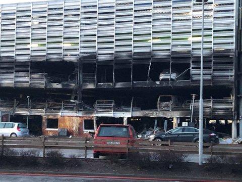 STORBRANN: Slik ser det ut etter brannen i parkeringshuset ved flyplassen på Sola.