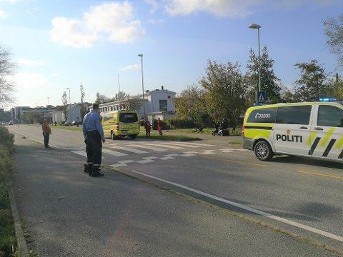 FOTGJENGERFELT: Sivile hjalp med å dirigere trafikken, ved fotgjengerfeltet der uhellet skjedde.