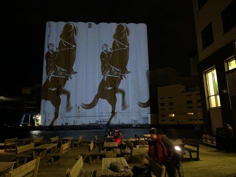 Denne animasjonen rullet over kornsiloer lørdag kveld og var synlig for store deler av Stavanger.