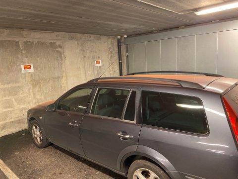 ORANGE: Dette var en av to biler igjen som hadde oransje pulver over seg i morgentimene tirsdag.