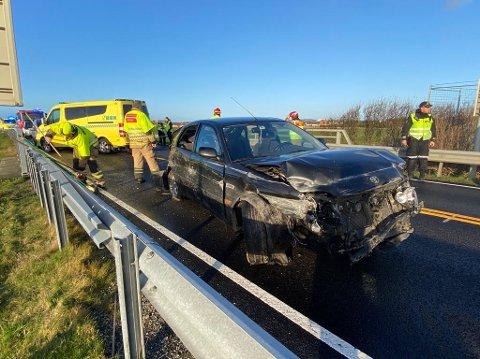 STORE SKADER: Bilen som kolliderte ved Voll lørdag har fått store skader. Hvilke skader fører har, er foreløpig ukjent.