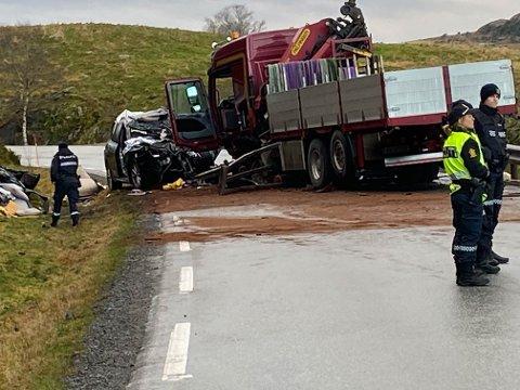 SAMANTRYKT: Personbilen vart knust i møtet med lastebilen.