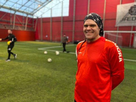 Geir (41) er strålende fornøyd med gatefotball-tilbudet i regi av Meistringsenheten i Time kommune.