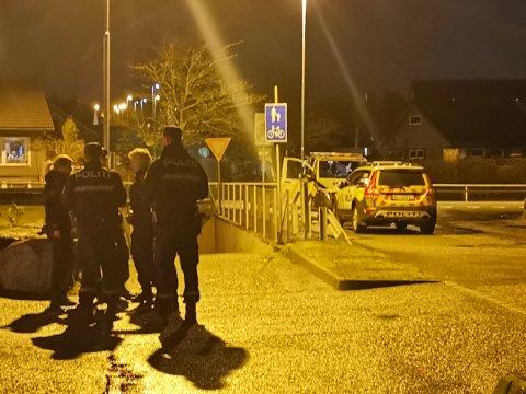TILSTEDE: Politiet var kjapt på stedet da en person ble observert med kniv på Kleppe mandag kveld. Personen gjorde utfall mot politiet, som så seg nødt til å bruke elektrosjokkvåpen for å avvæpne situasjonen.