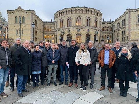 AVGJERANDE:Ein delegasjon frå Rogaland følgjer debatten om kompensasjon til pelsdyrbøndene i Stortinget i dag. Jan Ove Horpestad, leiar i Rogaland Pelsdyralslag,  står som nummer tre frå venstre.