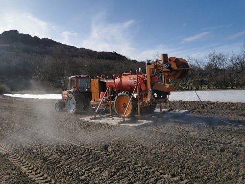 DAMPMASKIN: Ein dampmaskin sørgjer for å senda varm damp ned i jorda for å drepa ugrasfrøa.