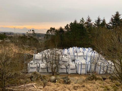 MANGE SEKKER: Eit byggjegjerde er sett opp på utsida av dei mange sekkene som er lagra heilt på toppen av Lyefjell. Staden er Norstone-sekkene ligg, er berre nokre meter frå Tjoratjørna, som er eit mykje brukt utfartsområde.