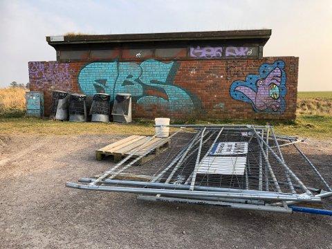 SKAL ERSTATTAST: Dette toalettbygget ved stranda på Refsnes skal rivast og erstattast med eit nybygg.