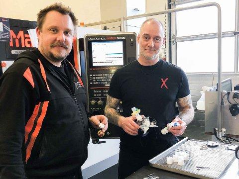 PRODUKSJON: Produksjonsleder René B. Larsen og CNC-operatør Jan Erik Bore hos Ultra Technology er i full sving med å lage de små plastadapterne som skal brukes på pustemasker ved Stavanger universitetssjukehus.