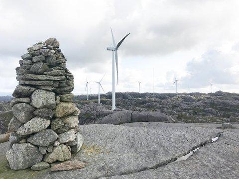 EIGERSUND: Den syndande vindparken ligg 5 til 8 kilometer aust for Egersund by. Seinsommaren 2017 var 33 vindturbinar på plass og kopla på nett. Ifølgje Norsk Vind Egersund AS, som driftar anlegget, svarer straumproduksjonen ved anlegget til forbruket til om lag 20.000 husstandar.